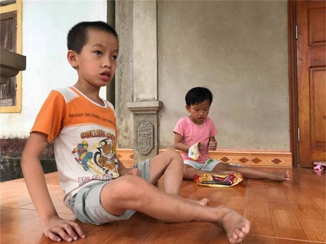 Dù đã 11 và 5 tuổi nhưng trí não của hai cháu vẫn chỉ như những đứa trẻ mới lên 2.