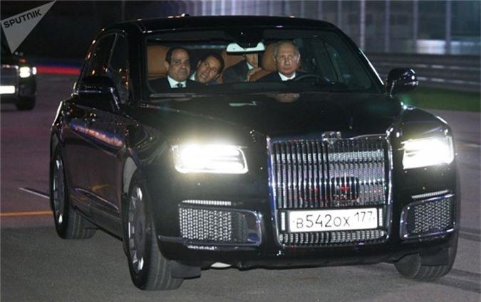 Vào tháng 10 vừa qua, truyền thông đã phát hiện Tổng thống Nga Vladimir Putin chở Tổng thống Ai Cập AbdelFatah el-Sisi trong chiếc sedan Aurus Senat quanh đường đua Công thức 1. Đây là chiếc Limousine do Nga tự sản xuất dành cho Tổng thống Putin khi ông tái nhậm chức vào tháng 5 vừa qua và nhận được sự chú ý của đông đảo dư luận.