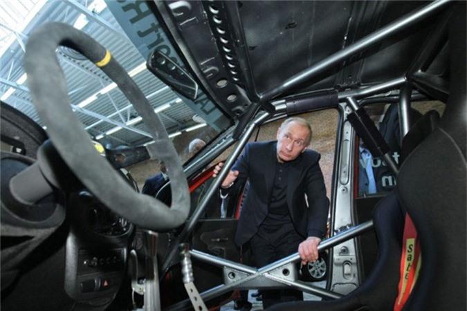 Tổng thống Nga Vladimir Putin kiểm tra mẫu ô tô thử nghiệm được sản xuất bởi hãng sản xuất ô tô Nga AvtoVAZ (Ngày 30 tháng 3 năm 2009).