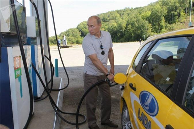 Tổng thống tiếp nhiên liệu cho xe tại một trạm xăng khi trên đường lái xe đến công trường xây dựng nhà máy thủy điện Nizhne-Bureyskaya (Ngày 27 tháng 8 năm 2010).