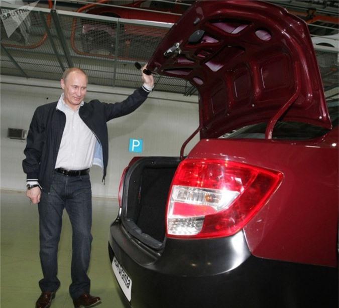 Chiếc LADA Garant màu đỏ khác được tổng thống Putin trưng dụng. (Ngày 11 tháng 5 năm 2011).