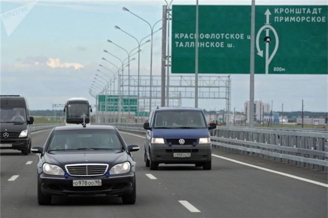 Ông cũng là người rất tận tuỵ với công việc khi đích thân lái một chiếc Mercedes để kiểm tra đường vành đai Saint Petersburg (Ngày 12 tháng 8 năm 2011).