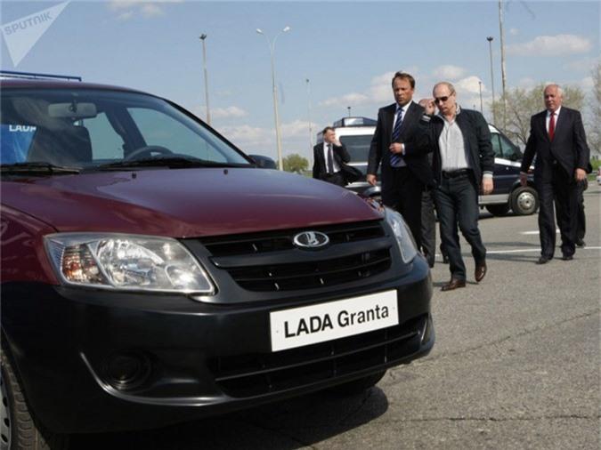 Là một ngừoi rất yêu thích ô tô nên không lạ gì khi tổng thống Nga luôn lái thử những mẫu xe vừa ra mắt. Trong ảnh là chiếc LADA Garant, thuộc thương hiệu xe bán chạy nhất ở Nga - LADA Granta. Mẫu xe này được phát triển dựa trên thiết kế LADA Kalina.