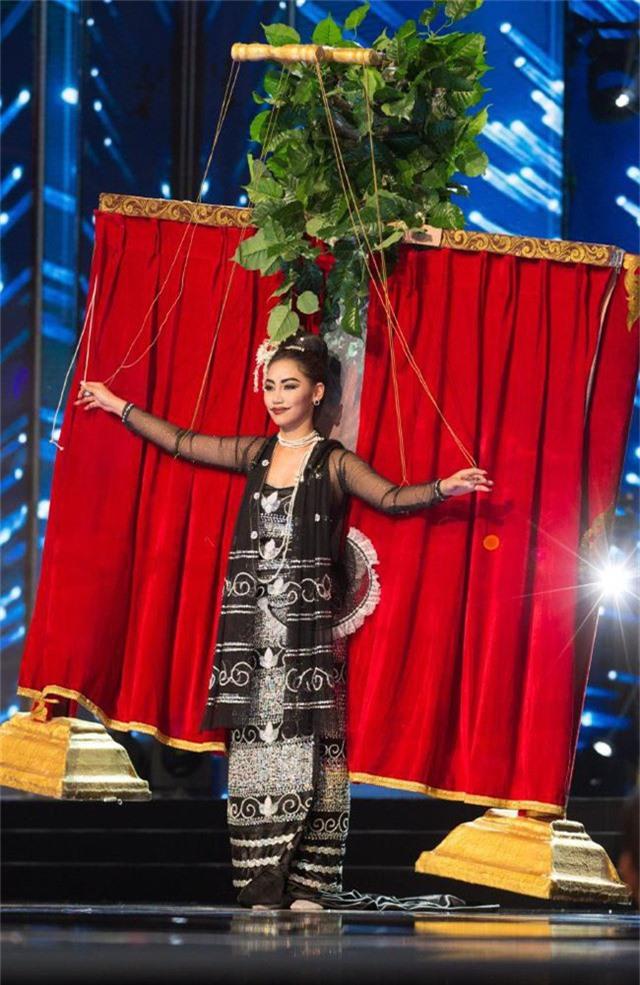 Miss Universe 2016 - người đẹp Myanmar (với thiết kế này, người đẹp Myanmar đã giành giải Trang phục Dân tộc Ấn tượng nhất)