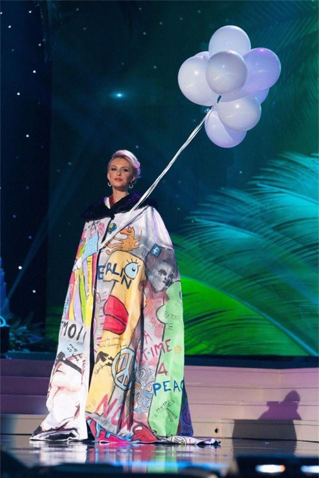 Miss Universe 2014 - người đẹp Đức: Rất khó gọi tên ý tưởng của bộ trang phục này.