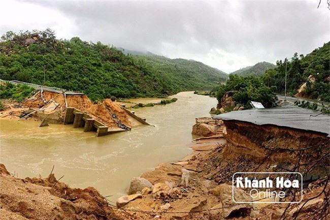 Cận cảnh cây cầu và đoạn đường bị sức tàn phá kinh hoàng của mưa lũ cuốn sập (Ảnh: Báo Khánh Hoà)