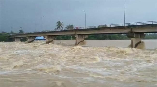 Lũ trên sông Cái tại TP. Nha Trang đang lên rất cao vượt mức báo động II (Ảnh: TA)