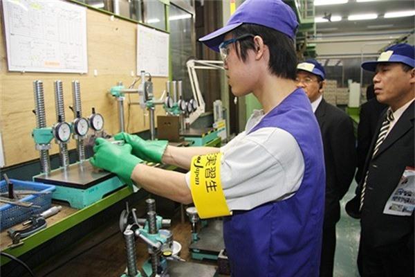 Nhật Bản dự kiến sẽ cho phép lao động nước ngoài trình độ cao được nhập cư vĩnh viễn cùng gia đình. (Ảnh: Thực tập sinh VN làm việc tại Nhật Bản)
