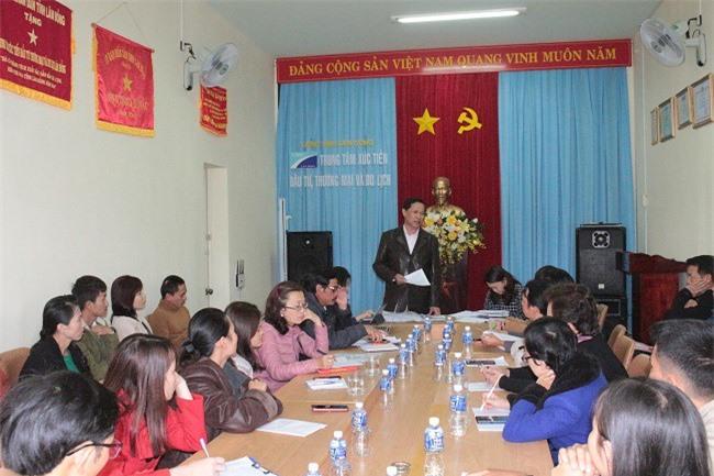 Ông Trương Văn Đức, Tổ Hỗ trợ khởi nghiệp tỉnh Lâm Đồng, bàn phương án tổ chức với các bạn trẻ khởi nghiệp (Ảnh: VH)