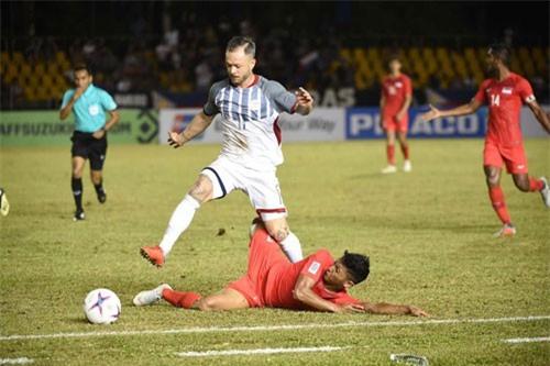 Tiền vệ: Stephan Schrock (Philippines, số 11).