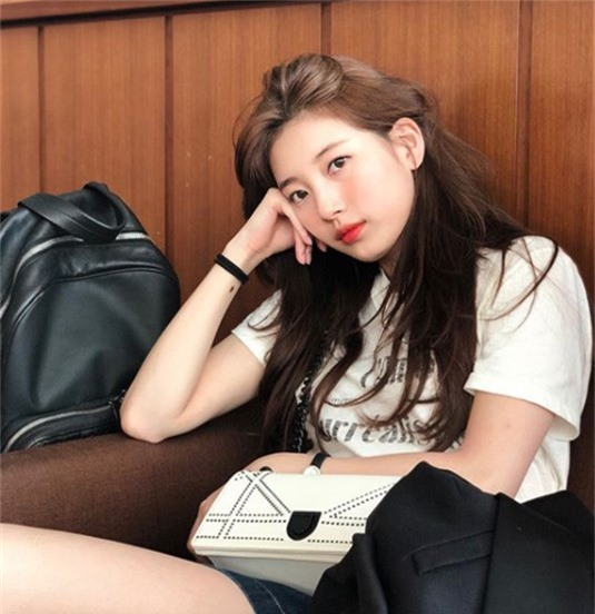Ca sĩ, diễn viên Bae Suzy là cựu thành viên nhóm Miss A. Cô sở hữu tài sản khoảng 10 triệu USD và đứng thứ 9 trong Top 10 nghệ sĩ giàu nhất Kbiz hiện nay.