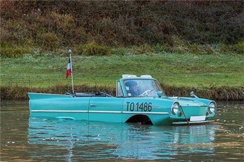 Xe lội nước Amphicar giá chỉ 237 triệu đồng cho mùa lũ. Chiếc xe Amphicar 770 có thể lội nước được xây dựng trên nền tảng của mẫu Volkswagen Schwimmwagen. Nó được thiết kế bởi Hans Trippel, kỹ sư tham gia vào dự án của mẫu Mercedes-Benz 300SL và cả Schwimmwagen. (CHI TIẾT)