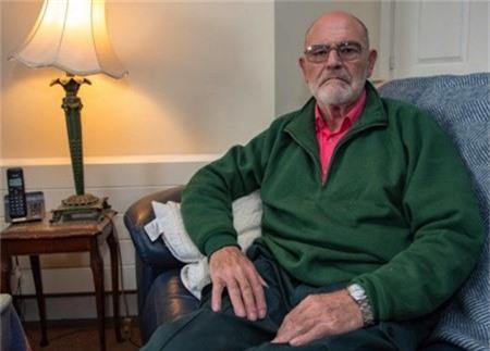 Simon Frost, 75 tuổi, đau đớn vì bị lừa cả tình lẫn tiền