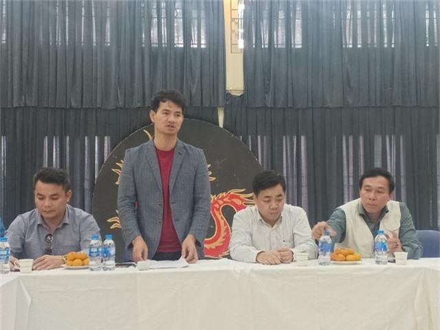 NSƯT Xuân Bắc cùng đại diện lãnh đạo Cục Nghệ thuật biểu diễn và tập thể nghệ sĩ Nhà hát Kịch Việt Nam trong buổi gặp gỡ báo giới chiều nay. Ảnh: Tùng Long.