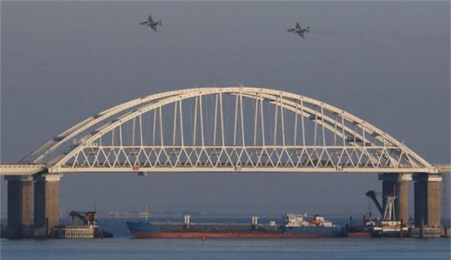 Tàu hàng Nga chặn lối ra vào eo biển Kerch trong vụ đụng độ hôm 25/11. (Ảnh: RT)