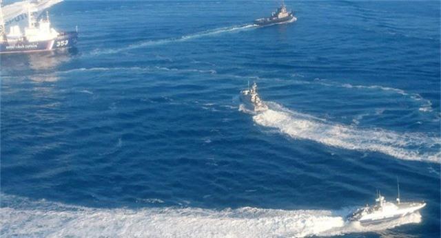 Các tàu Nga và Ukraine rượt đuổi gần eo biển Kerch hôm 25/11. (Ảnh: RT)