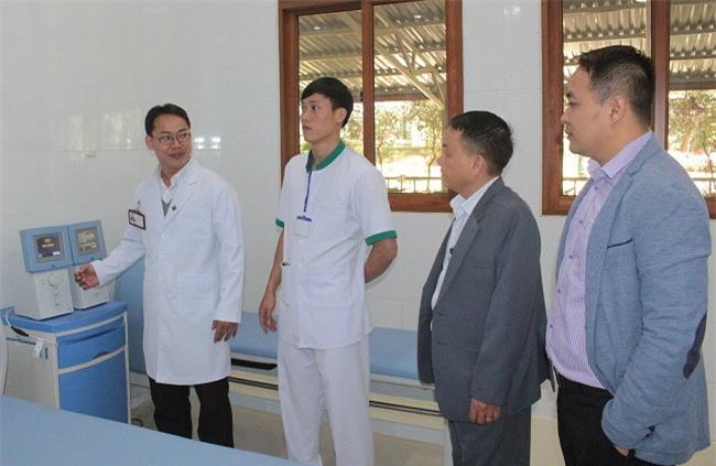 Thạc sĩ - Bác sĩ Phạm Đỗ Ngô Đồng, Trưởng khoa giới thiệu với đại biểu các trang thiết bị hiện đại của khoa (Ảnh: VH)