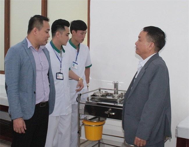 Ông Nguyễn Gia Bảo Quốc (ngoài cùng bên trái) ghi nhận những ý kiến đóng góp đầy tâm huyết của Phó Giám đốc Sở Y tế Lâm Đồng (Ảnh: VH)