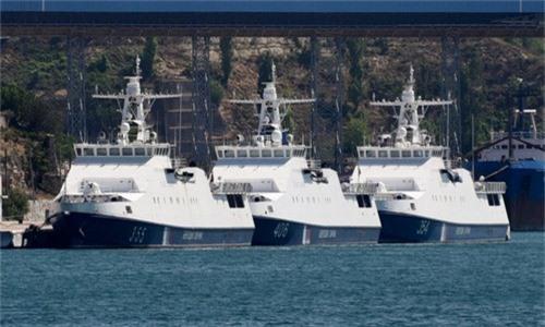 Chiếc Izumrud (ngoài cùng bên phải) cùng hai tàu lớp Rubin tại cảng Sevastopol hồi tháng 9. Ảnh: Twitter.