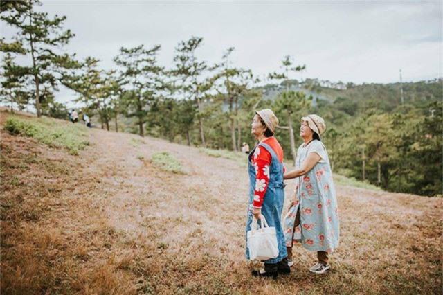 """Mới đây, bộ ảnh chụp hai cụ bà U80 đi du lịch tại Đà Lạt nhận được sự quan tâm của cộng đồng. Điều khiến nhiều người thích thú là dù ở tuổi """"thất thập cổ lai hy"""" nhưng hai cụ bà vẫn ăn mặc trẻ trung, tạo dáng tự nhiên trước ống kính."""