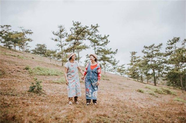 Được biết, bộ ảnh được chụp tại đồi cỏ hồng (Đà Lạt) do Nguyễn Trung Hậu (SN 1992), một nhiếp ảnh gia tự do thực hiện. Hai người mẫu đặc biệt trong ảnh là cụ bà Lê Thị Phước và cụ Lê Kim Hoa.
