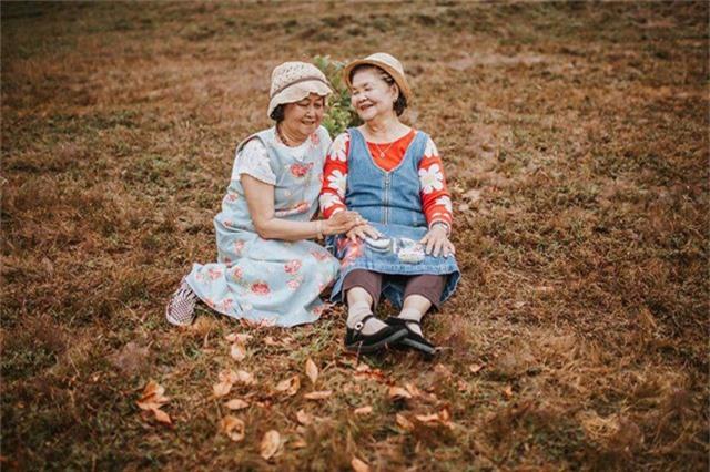 Ngoài đời, hai cụ không phải là bạn thân mà là thông gia với nhau. Bộ ảnh do chị Lê Thảo, con gái bà Kim Hoa lên ý tưởng tặng mẹ chồng và mẹ ruột của mình nhân dịp các cụ đi du lịch cùng nhau.