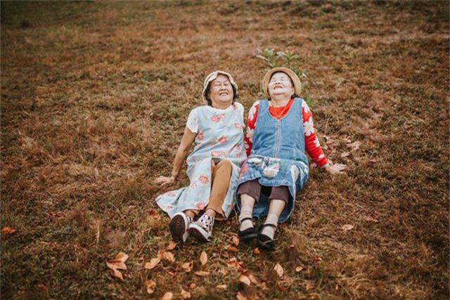 Suốt buổi chụp cụ Kim Hoa (áo trắng) và cụ Phước (áo đỏ) đều rôm rả nói chuyện, vui vẻ tạo dáng.