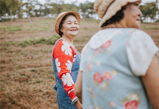 Chia sẻ với PV Dân trí, chị Lê Thảo – người lên ý tưởng thực hiện bộ ảnh cho biết, nhân dịp sinh nhật 40 tuổi của mình, chị muốn dành món quà ý nghĩa, cảm ơn hai người mẹ của mình nên đã tổ chức chuyến đi du lịch và ghi lại những khoảnh khắc đáng nhớ.
