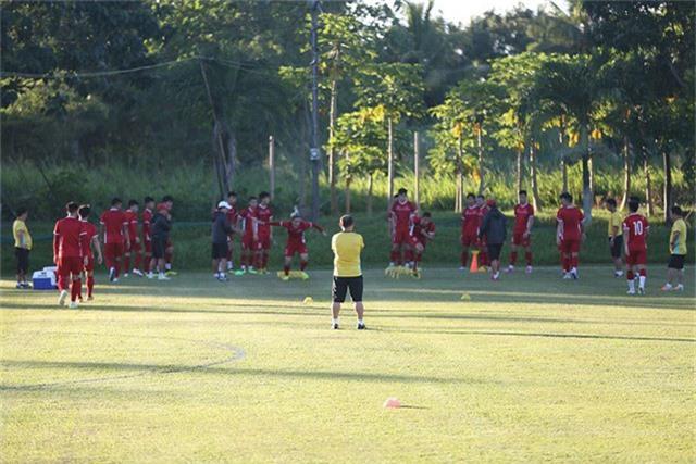 Các cầu thủ khởi động dưới sự giám sát của HLV Park Hang Seo