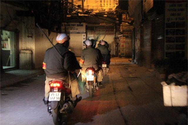 Ông Lê Bá Mão - Đội trưởng đội bắt chó thả rông phường Khương Đình cho biết, việc bắt chó thả rông sẽ được đội bắt chó thực hiện trên khắp các ngõ ngách của địa bàn phường và kéo dài từ 5h30 - 7h sáng cùng ngày.