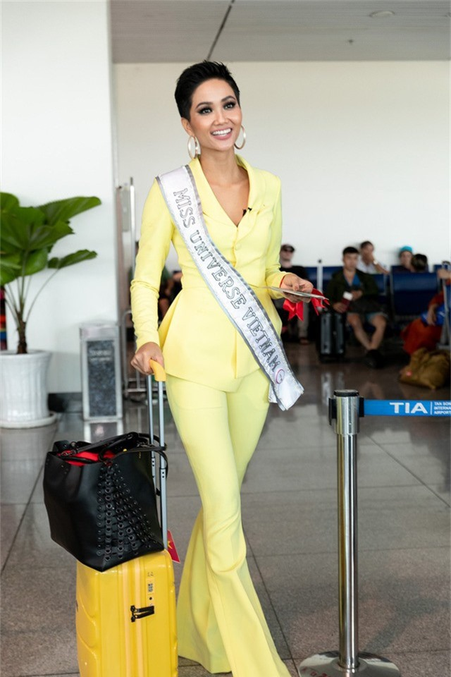 H'Hen Niê đã có mặt từ sáng sớm tại sân bay quốc tế Tân Sơn Nhất để tranh thủ gặp gỡ, chào tạm biệt khán giả trước khi đến Thái Lan bắt đầu tham gia lịch trình hoạt động của Miss Universe 2018.