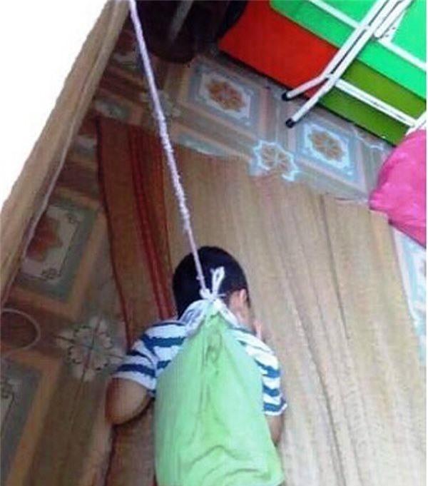 Bé P. bị buộc dây vào cổ treo lên cửa sổ khiến nhiều người bức xúc