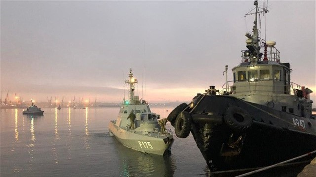 Tàu hải quân Ukraine bị tạm giữ ở cảng Kerch sau khi bị Nga bắt giữ (Ảnh: Sputnik)