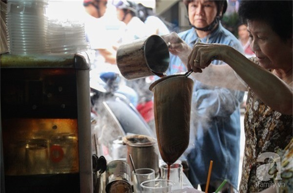 Những quán cà phê vợt tuổi đời hơn nửa thế kỷ níu người Sài Gòn