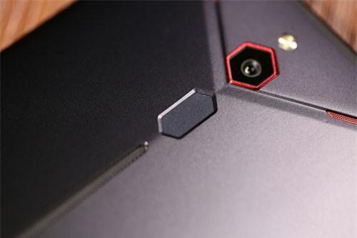 Cảm biến vân tay được đặt ở mặt lưng. Chính giữa mặt lưng là dải đèn LED RGB giúp Nubia Red Magic Mars khác biệt so với phần lớn các smartphone khác trên thị trường.
