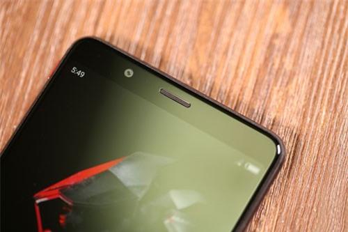 Máy ảnh selfie 8 MP, khẩu độ f/2.0 với ống kính góc rộng 76,9 độ.