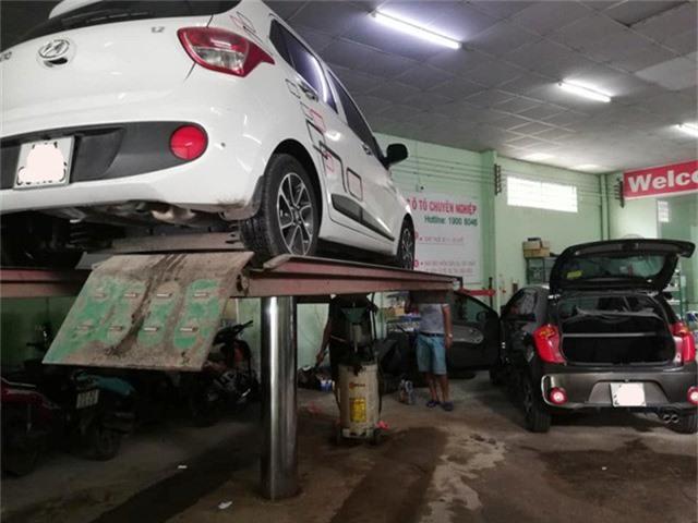 """Lượng xe ô tô đến """"cầu cứu"""" các điểm chăm sóc xe, bảo dưỡng tăng vọt sau bão."""