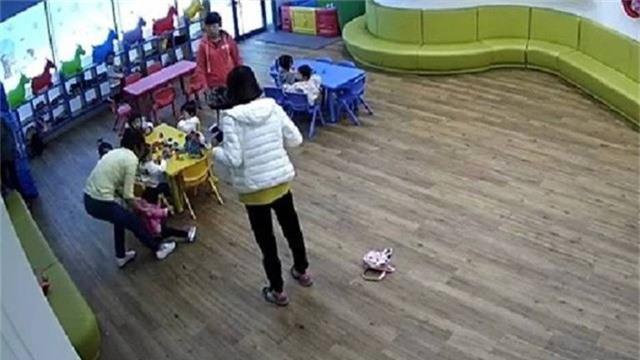 Nhân viên nhà trẻ ngược đãi một trẻ em bằng mù tạt (Ảnh: CGTN)