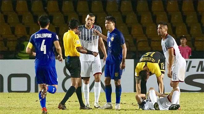 Alvaro Silva (thứ 3 từ trái sang) là nhân tố chủ chốt nơi hàng phòng ngự Philippines.