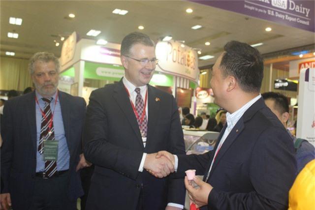 Nhà ngoại giao Mỹ tham quan nhiều gian hàng và trao đổi với đại diện của các doanh nghiệp Mỹ tham dự triển lãm. (Ảnh: Thành Đạt)