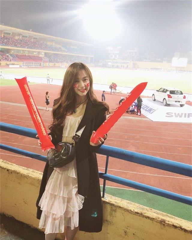 Phùng Thị Ngọc Trâm (sinh năm 1996, quê Nam Định) dù không lọt vào ống kính của VTV để xuất hiện trên sóng truyền hình vẫn nổi như cồn với hình ảnh này trên sân Hàng Đẫy - nơi diễn ra trận đấu giữa tuyển Việt Nam và Campuchia, giải AFF Cup 2018 (ngày 24/11).