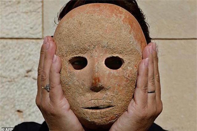 Mặt nạ cổ bằng đá sa thạch có niên đại 9.000 năm.