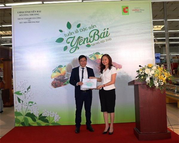 Bà Lê Thị Hồng Hảo, Viện trưởng Viện  an toàn vệ sinh thực phẩm quốc gia (Bộ Y Tế) trao Giấy chứng nhận kết quả kiểm nghiệm đạt chất lượng an toàn đối với các