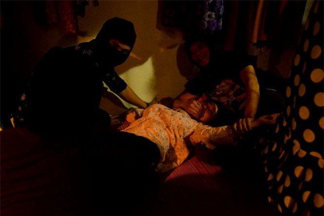Cảnh Lan cave bị cưỡng hiếp trong phim ẢNH: ĐPCC.