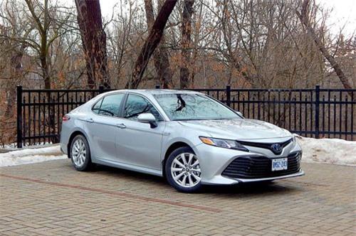 8. Toyota Camry Hybrid LE 2019 (tổng quãng đường di chuyển mỗi lần tiếp nhiên liệu: 983 km).