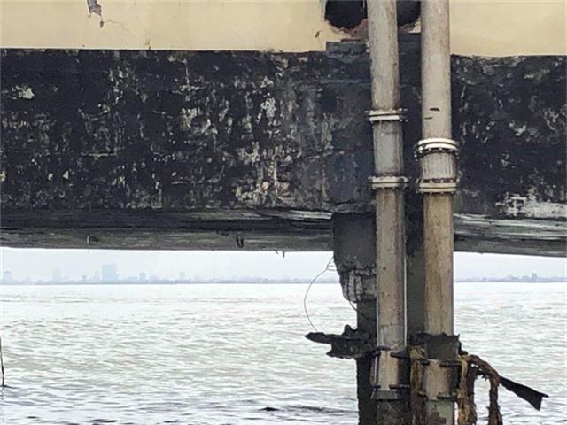 Đường ống dẫn xăng dầu bị bẻ cong, hở mối nối, khiến xăng dầu rò rỉ ra biển