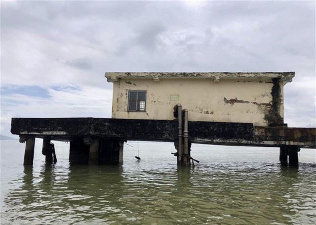 Nhiều trụ bị nứt sụp nên cầu cảng có nguy cơ bị đổ bất cứ lúc nào