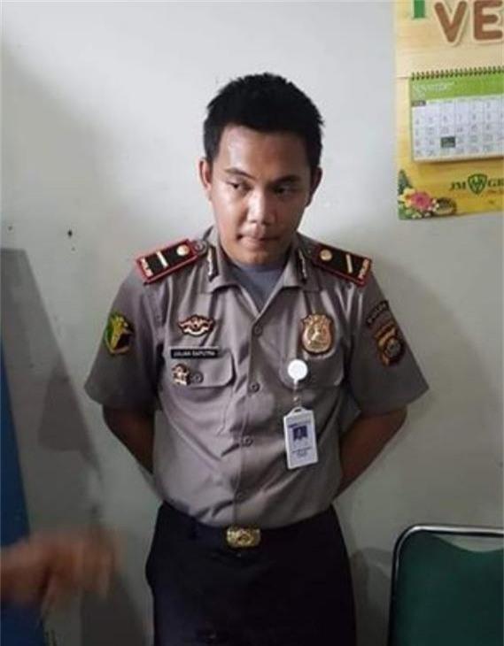 Sau khi livestream, có người đã ra giá tới 345 đô la Mỹ (8 triệu đồng) cho bộ đồng phục và tất cả đạo cụ mạo danh cảnh sát của Pratama