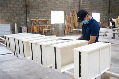 Công nhân chế biến gỗ tại TP Hồ Chí Minh - Ảnh: VGP/Đỗ Hương