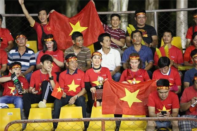 Nhóm cổ động viên Việt Nam có mặt trên khán đài sân Panaad từ rất sớm